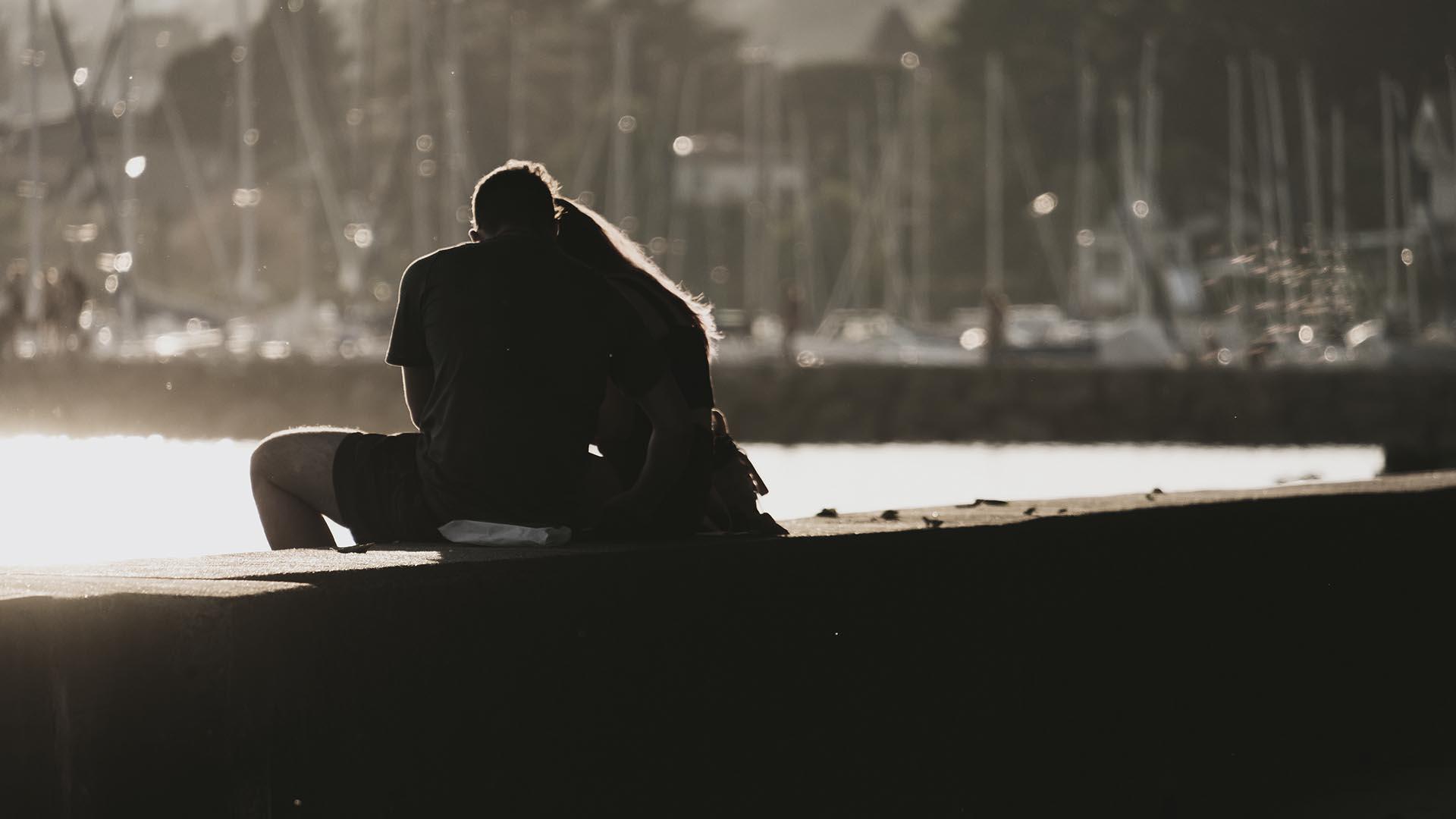 couple hug port