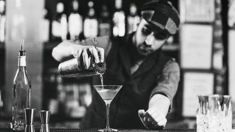 camarero coctel barra